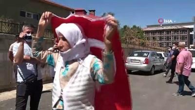protesto -  Evlat nöbetindeki anne, teslim olan 3 kişi için Türk bayrağıyla halay çekti