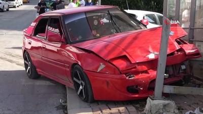 trafik polisi -  Otomobile çarpan araç durağa savruldu: 5 yaralı