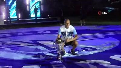 isaf - Adana Demirspor'un kupa töreni gerçekleştirdi