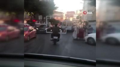 Koca çerçeveyi motosiklet üzerinde böyle taşıdılar