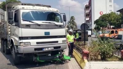 motosiklet surucusu -  - Motosiklet sürücüsü kamyonetin altında kaldı Videosu