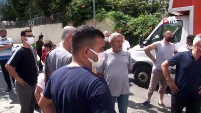 sahit -  Sancaktepe'de feci kaza: Otomobil 2 kamyonetin arasında kaldı