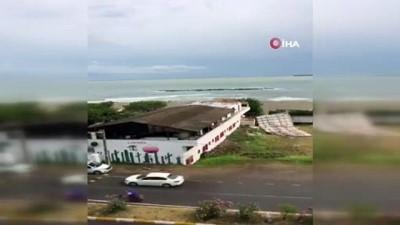 kahvehane -  Şiddetli yağış ve rüzgar etkisini gösterdi: Pansiyonun çatısı uçtu, dükkanlar suyla doldu