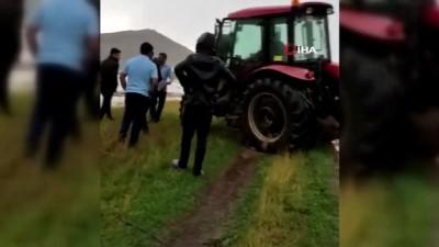 a haber -  Selde mahsur kalan akrabasını traktörle böyle kurtardı